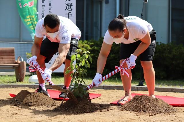 Katsuhiro e Portela na cerimônia de plantio de Ipê em Hamamatsu. Foto: Lara Monsores/CBJ