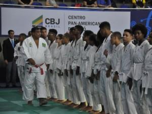Alunos do Projeto de Massificação do Judô em Lauro de Freitas fazem apresentação na abertura do Brasileiro Sub-21