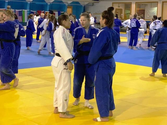 Troca de experiências no tatami com Maria Portela (70kg) e Tina Trstenjak (63kg/SLO), campeã olímpica em 2016. Foto: Divulgação/CBJ
