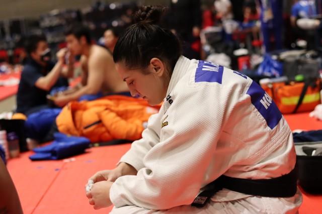 Mayra se concentra antes de entrar no tatame em Budapeste. Foto: Lara Monsores/CBJ