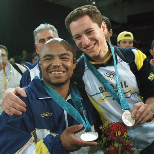 Carlos Honorato (à esquerda) e Tiago Camilo (à direita) comemoram a conquista de suas medalhas nos Jogos Olímpicos de Sydney 2000. Foto: Acervo/COB