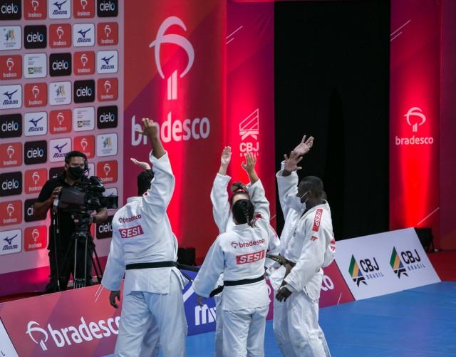 Equipe do SESI comemora vitória e classificação à semifinal. Foto: Davi Victor/Navve/CBJ