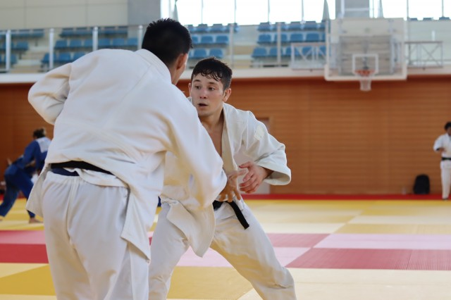 Matheus Takaki treina com Eric Takabatake, em Hamamatsu. Foto: Lara Monsores/CBJ