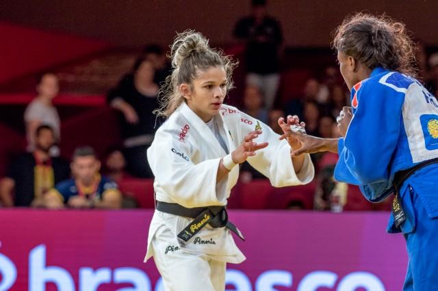 Larissa Pimenta estreia no primeiro dia do World Masters contra Astrid Gneto (FRA). Foto: Rafal Burza / CBJ