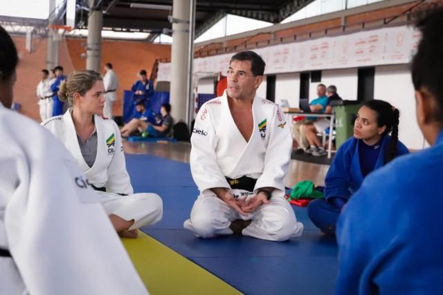 Chefe da delegação de Judô na Missão, Ney Wilson conversa com os atletas durante o treinamento em Coimbra, Portugal. Foto: Alexandre Castello Branco/COB