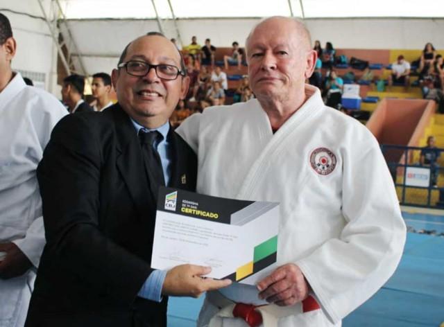 Antônio Gomes (à direita) recebendo o certificado de 7° Dan do atual presidente da FPAJU, Alcindo Rabelo Campos