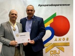 Paulo Wanderley Teixeira e dirigentes estaduais recebem as primeiras comendas do Cinquentário da CBJ
