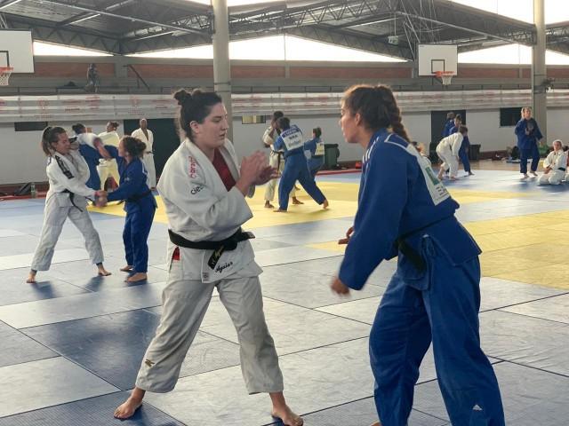 Mayra Aguiar e a portuguesa Patrícia Sampaio no primeiro treino de luta em Coimbra. Foto: CBJ