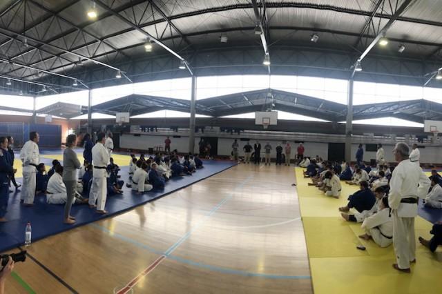 Judocas e comissão técnica da seleção brasileira e portuguesa durante visita do vice-reitor da Universidade de Coimbra, António Figueiredo. Foto: Universidade de Coimbra