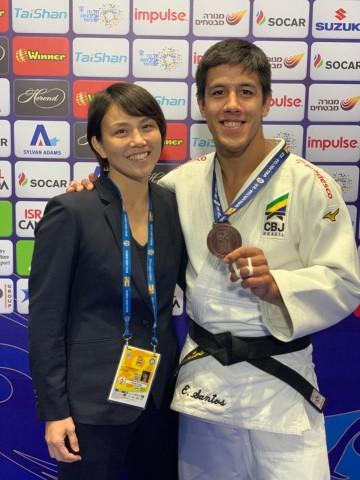 Yuko Fujii, técnica da seleção masculina, ao lado do medalhista Eduardo Yudy. Foto: Divulgação/CBJ