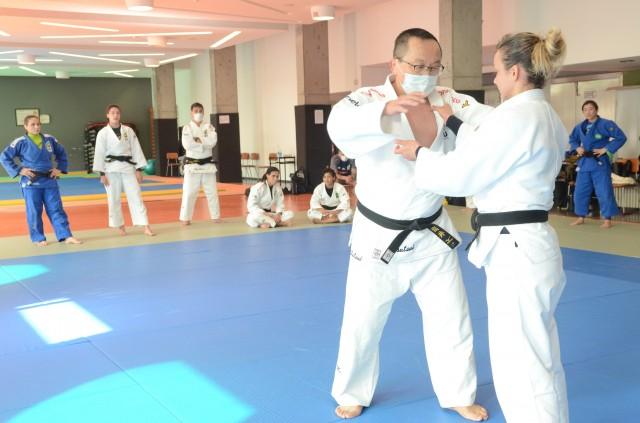 Tsutsui orienta atletas na Missão Portugal. Foto: Marcello Bravo/COB