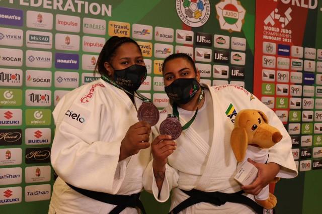 Bia e Suelen comemoram medalhas no Mundial. Foto: Lara Monsores/CBJ