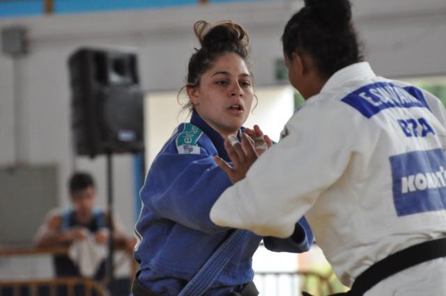 Sarah Nascimento (azul), de Minas, é a atual líder do peso médio feminino (70kg). Foto: Lara Monsores/CBJ