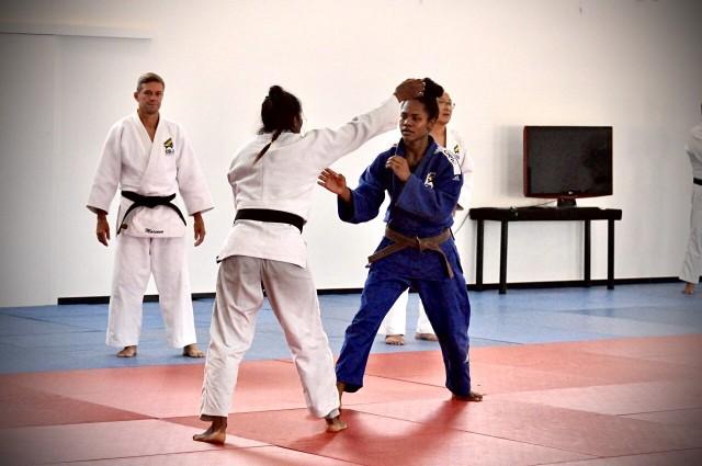 Nauana Silva, de 17 anos, treina com a medalhista olímpica Ketleyn Quadros, em Pinda. Foto: Lara Monsores/CBJ