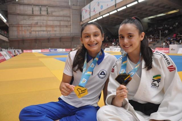 Giovana (sem quimono) e Marcela Shimada (de quimono) com suas medalhas de ouro do Meeting. Foto: Lara Monsores