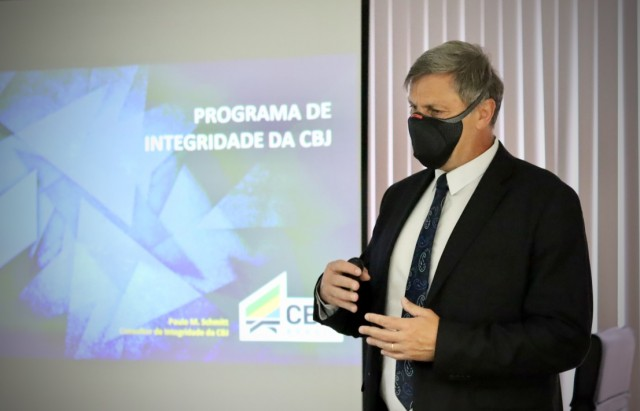 Paulo Schmitt, consultor de Integridade da CBJ, palestra para colaboradores. Foto: Lara Monsores/CBJ