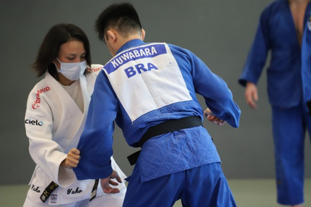 Yuko Fujii orienta os atletas da seleção masculina durante o treinamento em Portugal. Foto: Alexandre Castello Branco/COB