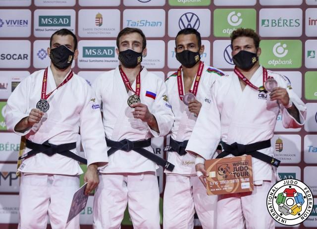 Willian Lima (primeiro d-e) no pódio, com a medalha de bronze de Budapeste. Foto: Gabriela Sabau/IJF