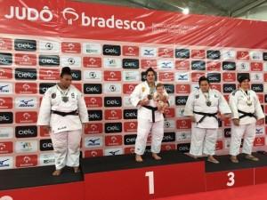Três meses após dar à luz, judoca é campeã brasileira e sobe ao pódio com filho nos braços