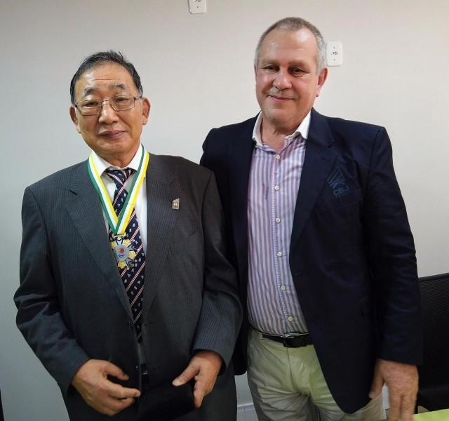 Silvio Acácio Borges e Chiaki Ishii com a comenda da Ordem do Mérito da CBJ. Foto: Lara Monsores/CBJ