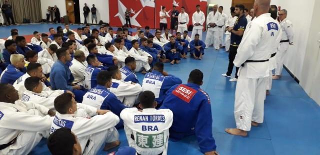 Judocas brasileiros realizam treinamento de campo com judocas argentinos e franceses, em Pindamonhangaba