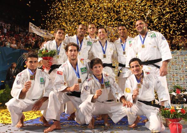 466964308b4 Brasil e França fizeram uma final emocionante em Paris para decidir a  medalha de ouro do Campeonato Mundial por Equipes. Com o placar de 3 a 2  para os ...